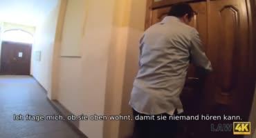 Полицейский трахает горячую брюнетку в комнате допроса
