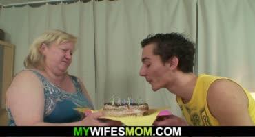 В день рождения получил трах с волосатой шмонькой мачехи