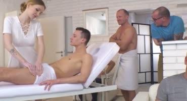 Чешская массажистка здорово обслужила толпу мужиков своей мандой