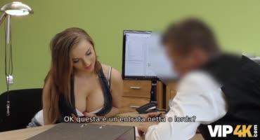 Женатик трахает грудастую соску на офисном столе