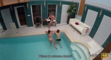 Парень с девушкой купались в бассейне, где тёлочку соблазнил другой мужик