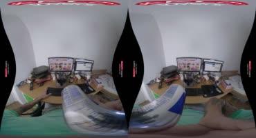 Татуированная сисястая красотка Дейзи Ли трахается для виртуальных очков