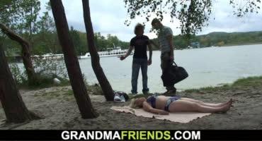 Пышная милфа загорала у озера как вдруг пришли пареньки и трахнули ее
