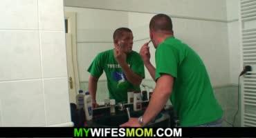 Молодой мускулистый парень трахает маму своей девушки