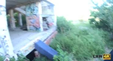 Поймали девчонку за вандализм и оттрахали в участке
