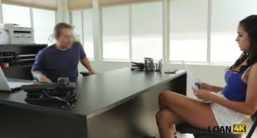 Сексуальная брюнетка соблазнила работодателя