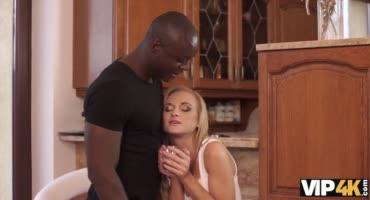 Хрупкая блондинка трахается с темнокожим другом