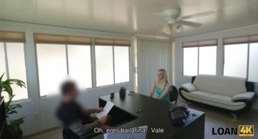 Будущую сотрудницу на рабочем столе чпокнул на камеру начальник
