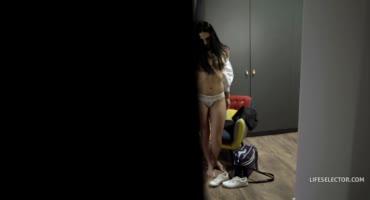 Секси брюнетка сосет и трахается с наглым другом