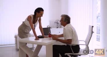 Понимающая женщина трахается со своим начальником
