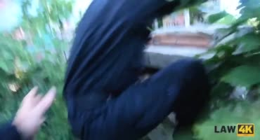 Брюнетку трахает в рот полицай с большим членом
