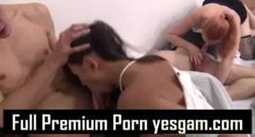 Зрелишный секс молодых людей в безумной оргии