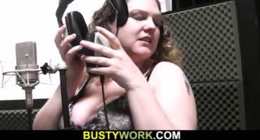 Трахает толстую певицу с большими дойками прямо на студии