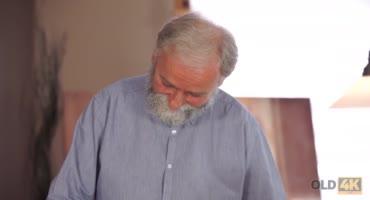 Бородатый дедуля забрался в трусики к наивной внучке