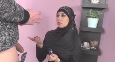 Арабская девушка трахается с парнем за деньги