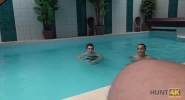 В бассейне педложили пососать за деньги перед своим парнем