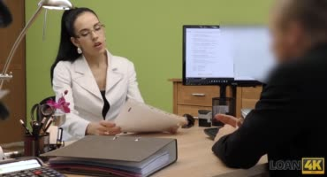 Офисные дела чешка в очках решила, стоя раком