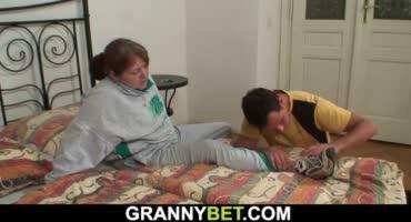 Молодой парень ухаживал за старухой и трахнул ее на кровати