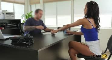 Снимает на камеру, как чпокает брюнетку на офисном столе