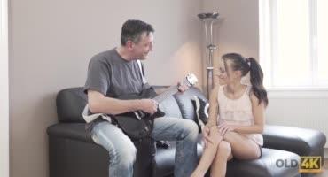 Необычный урок от учителя по музыке для худенькой студентки