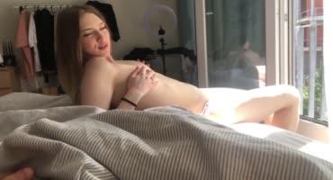 Принцесса сосет член и получает сперму на грудь