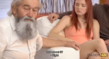 Рыженькая сучка хотела трахнуть дедушку, но получила трах пальцами от парня