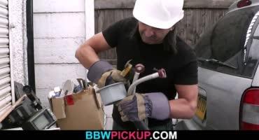 Счастливый строитель чудесно трахает жирную милфу