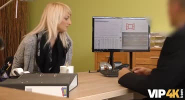 Сексуальная блондинка трахается с начальником на его столе