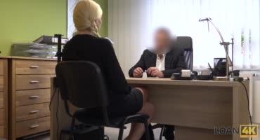 Блондинистая шаболда отдалась мужику в офисе