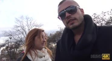 Незнакомец заплатил парню, чтобы он дал трахнуть свою девушку
