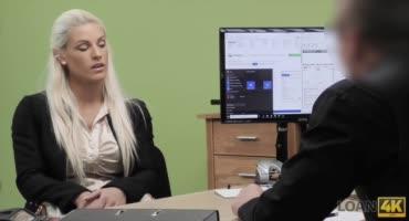 Чувак трахает сочную блондиночку на рабочем столе