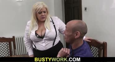 Развратная пышная блондинка угостила мужика сиськами и оседлала член