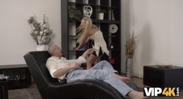 Молоденькая блондиночка сосет член своему парню