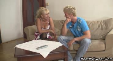 Мужик насадил на свой член милфу и молодую блондинку