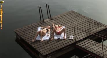 Девушки отдохнули у водоёма, сделав друг другу приятно