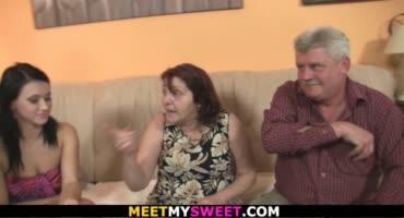 Престарелые родители парня соблазняют его девушку