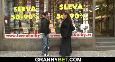 Толстая старушка трахает своего молодого соседа