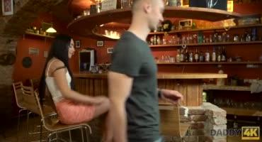Пожилой бармен получил минето от горячей блондинки