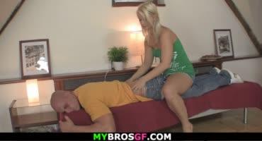 Парень подустал, и только трах с потрясной блондинкой помог ему расслабиться