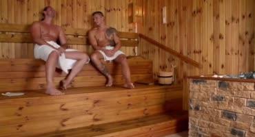 Сисястая брюнетка развлекается с красавчиками в бане