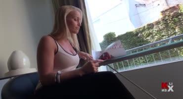 Молоденькая блондинка становится на колени перед возбужденным парнем