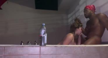В теплой ванне негр познакомился с белой поближе