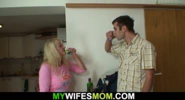 Похотливая старушка соблазняет мужа своей дочери