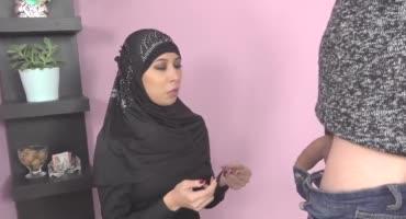 Парень заплатил мусульманке в хиджабе, чтобы трахнуть ее