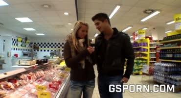 Пикапер оплатил счет молоденькой блондинки в супермаркете