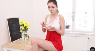 Сексуальная девушка ласкает себя на столе со сливками