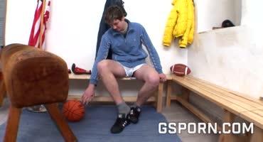 Спортсменка трахается со своим молоденьким учеником