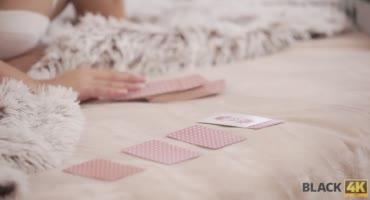 Негр развлекся с красивой блондой после игры в карты