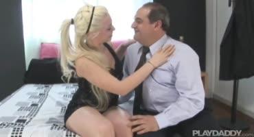 Два бизнесмена трахают наивную блондиночку