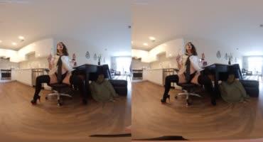 Виртуальное наслаждение в компании с сочной брюнеткой